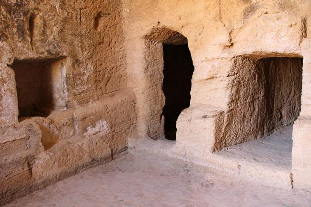 Archaisch wirken die in den Stein gehauenen Grabkammern