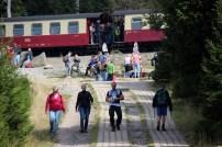 Der Weg kreuzt die Strecke der Brockenbahn