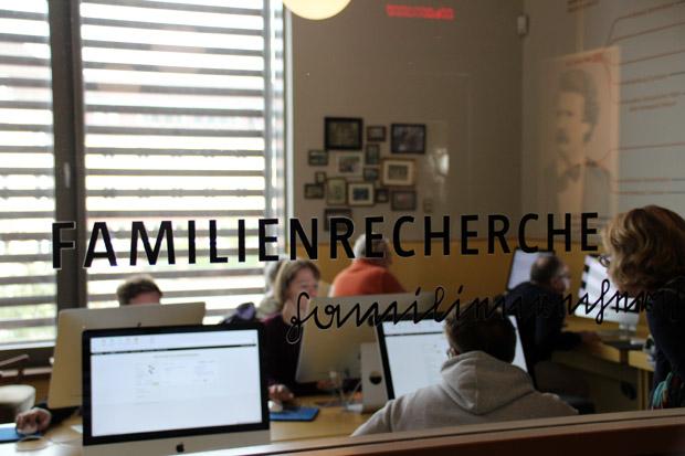 Im Deutschen Auswandererhaus in Bremerhaven kann man nach den eigenen Vorfahren suchen