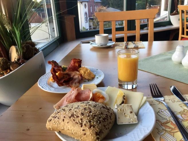 Frühstück mit Bahnhofsblick in Drei-Annen-Hohne