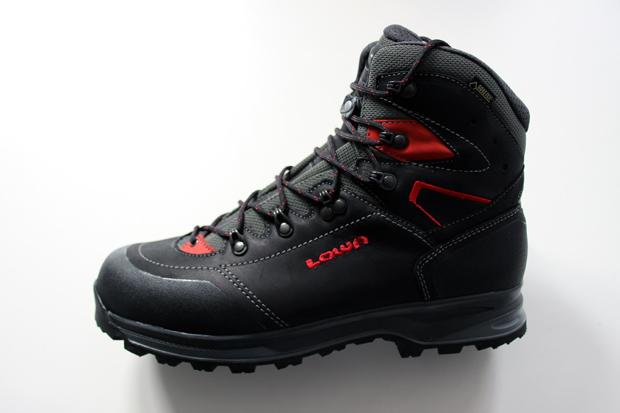Der Lowa Lavaredo GTX Schuh ist in schiefer/orange und schwarz/rot erhältlich