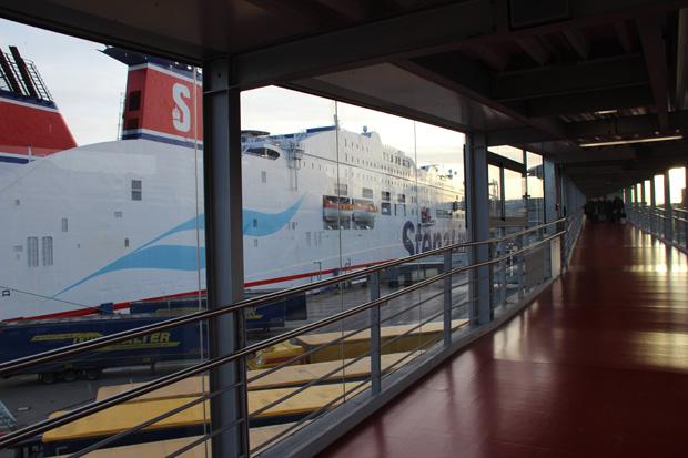 Vom Terminal aus führt der Weg aufs Schiff