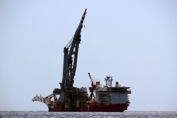 AUch große Schiffe sind vor der Küste zu sehen