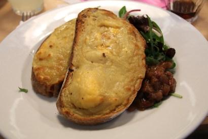 Welsh rarebit ist eine Spezialität in Wales und ein traditionelles Essen, es ist ein mit Käse überbackenes Brot