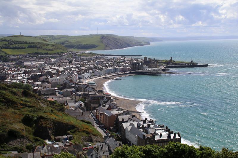 Blick über das malerische Städtchen Aberystwyth an der Küste von Wales