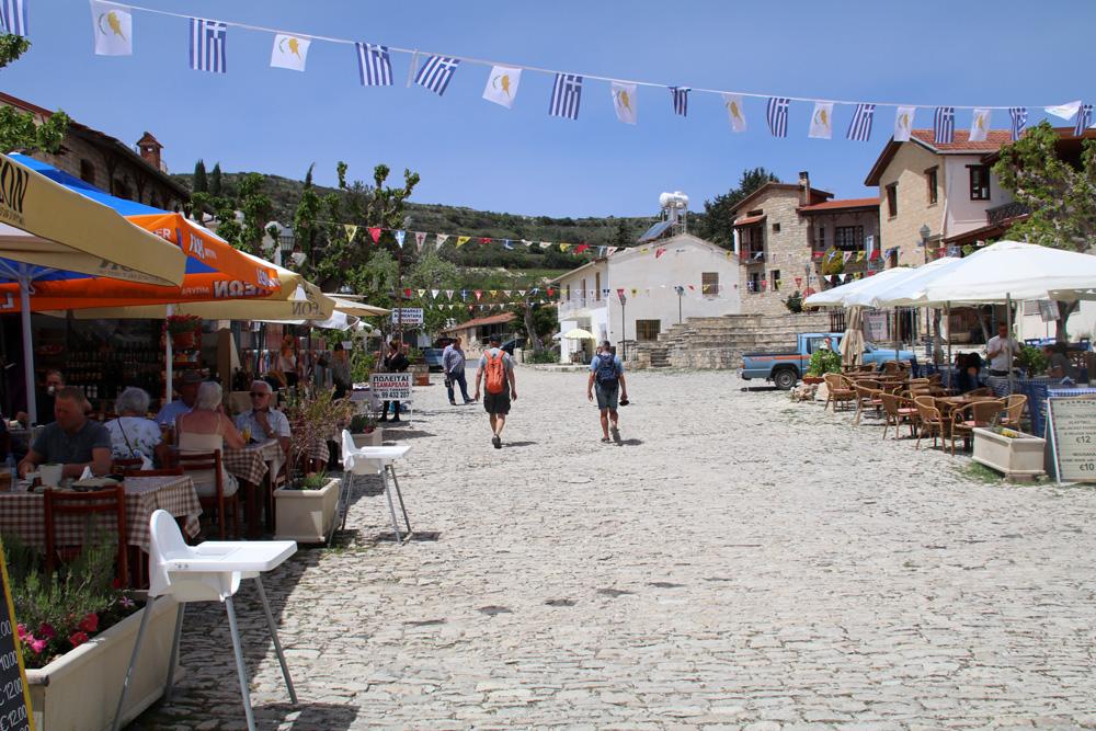 Hauptplatz im Dorf Omodos in den bergen des Troodos-Gebirges auf Zypern