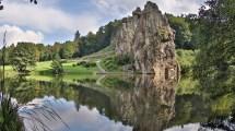 Wunderschön spiegeln sich die Externsteine im benachbarten Teich