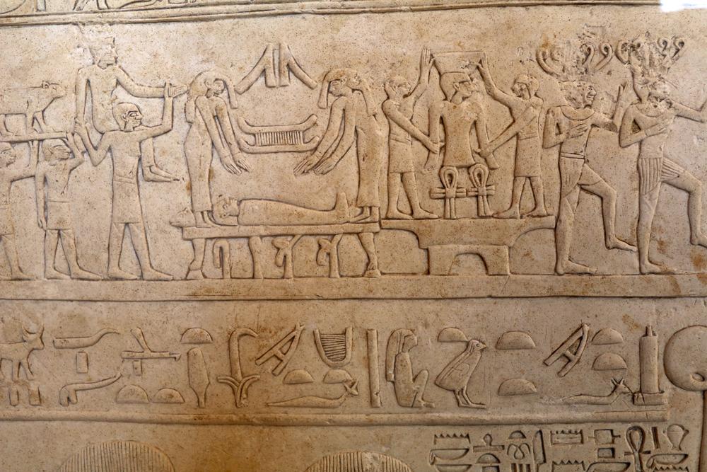 Steintafel mit Hieroglyphen im Louvre