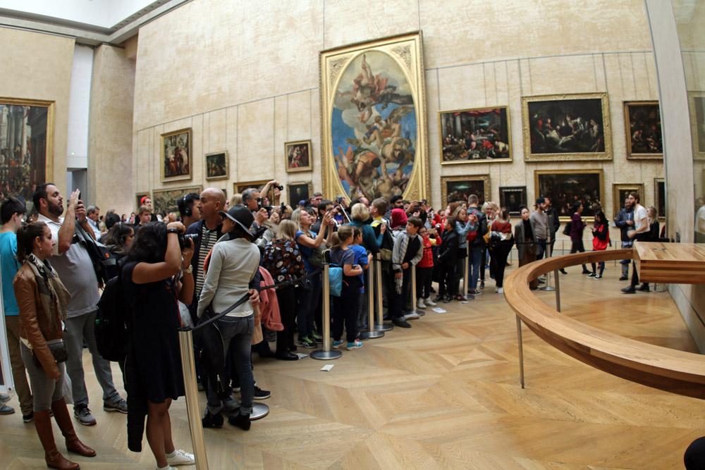 Touristen im Mona Lisa Raum im Louvre in Paris