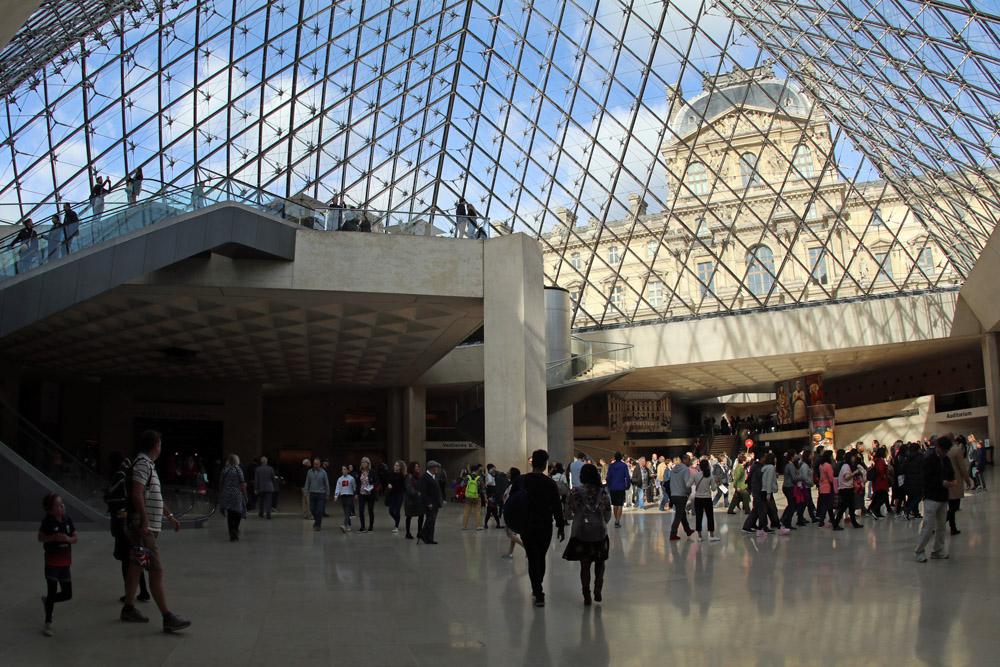 In der Glaspyramide des Louvre in Paris befindet sich der Eingang ins Museum