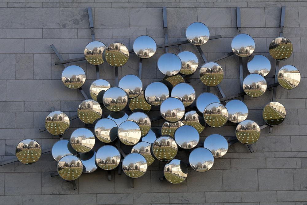 Installation mit vielen Spiegeln im Außenbereich des Städel Museums
