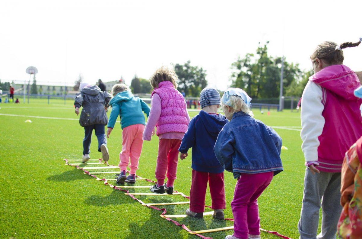 Niños jugando - Kindertag