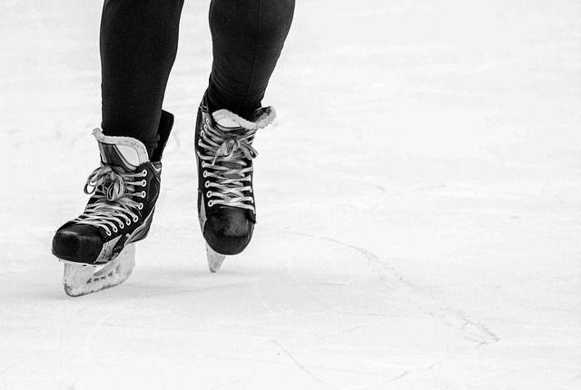 Patinaje sobre hielo - imagen ilustrativa de pixabay - una persona patinando sobre hielo en una pista de patinaje