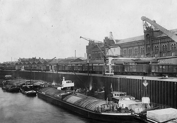 Kombinierter Verkehr vor etwa 90 Jahren: Mit dem Einschienen-Portalkran vom Schiff auf die Bahn., jpg, 43.6 KB