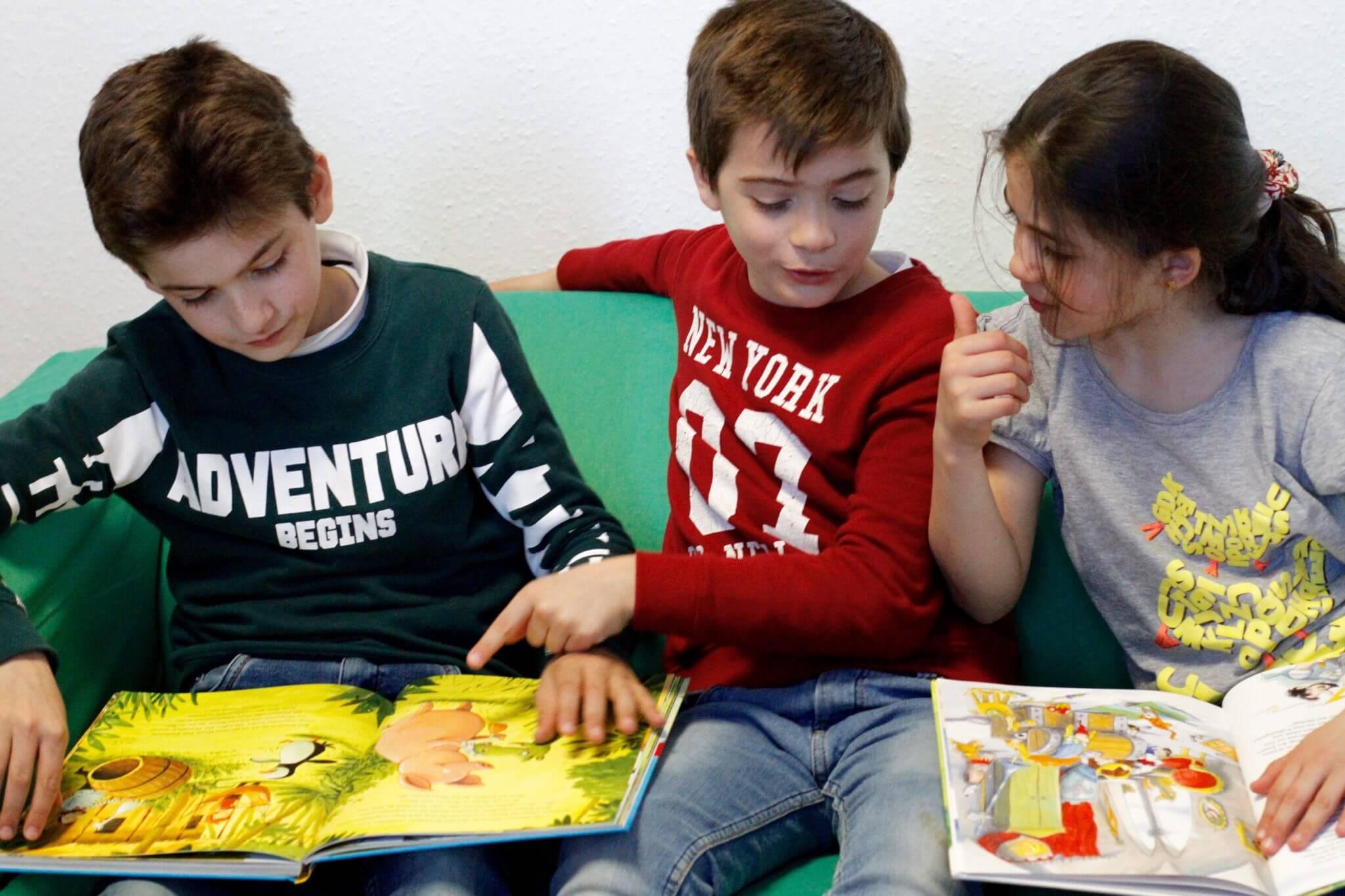 Die Kinder der Flüchtlingsunterkungt am Vilkangelände lesen gerne Bücher