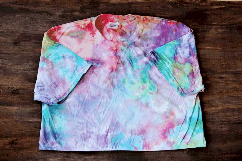 Did you know you can tie dye with ICE? This tie dye technique and pattern is so easy and produces a beautiful result similar to a galaxy effect