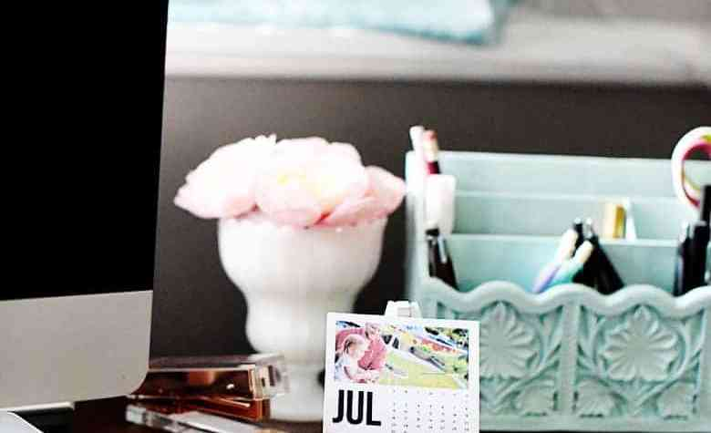 Need a last minute gift that's also handmade? This free printable mini photo calendar easel is the perfect last minute father's day or mother's day gift!