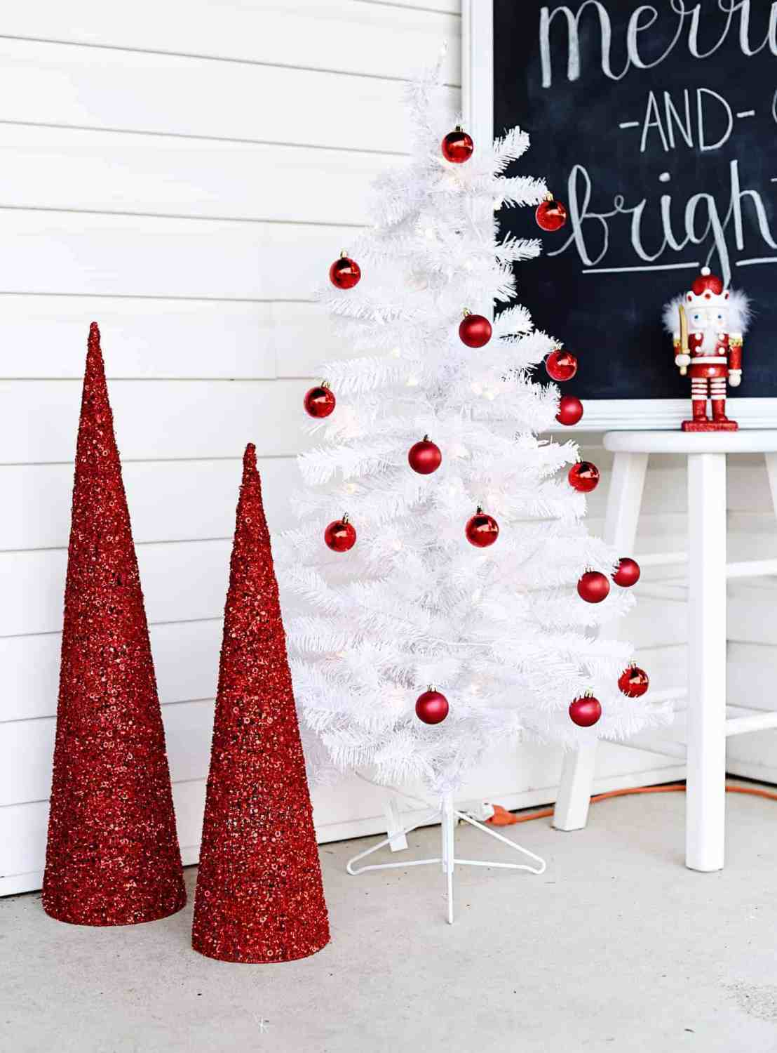 Christmas Front Porch Decor- When you're doing some holiday decorating, don't forget your front porch! Turn your front porch into a festive Christmas display with these simple and frugal decorations.