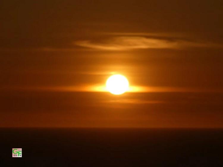 Die Sonne neigt sich immer mehr dem Meer zu