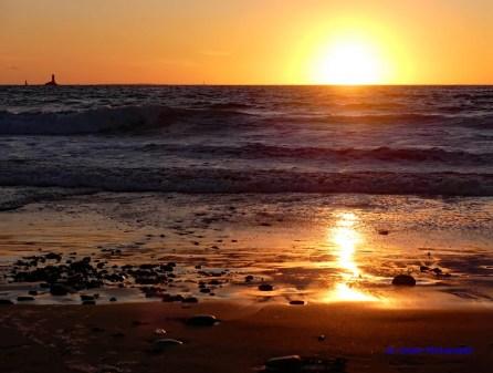 Die Sonne versinkt langsam im Meer