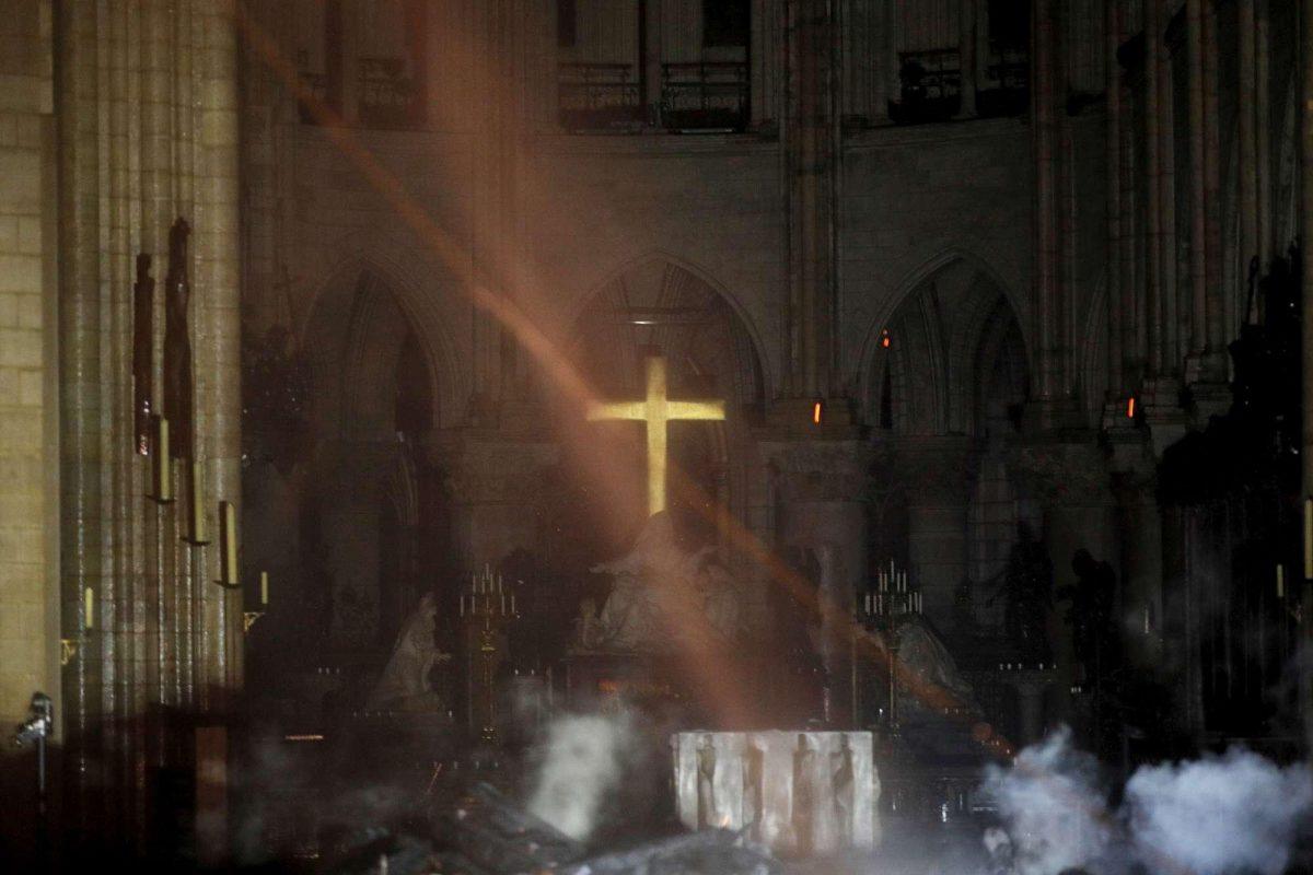 Notre-Dame-croce-incendio