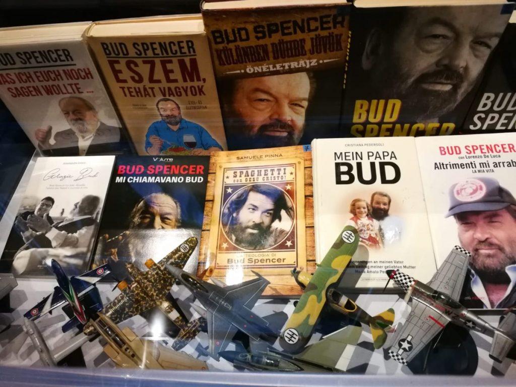 Sportivo, attore, inventore, musicista, scrittore, uomo affamato di Dio: il ricordo di un uomo buono sul set e nella vita in una mostra multimediale su Bud Spencer a Napoli.