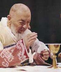 Ojciec Pio odprawiający Eucharystię