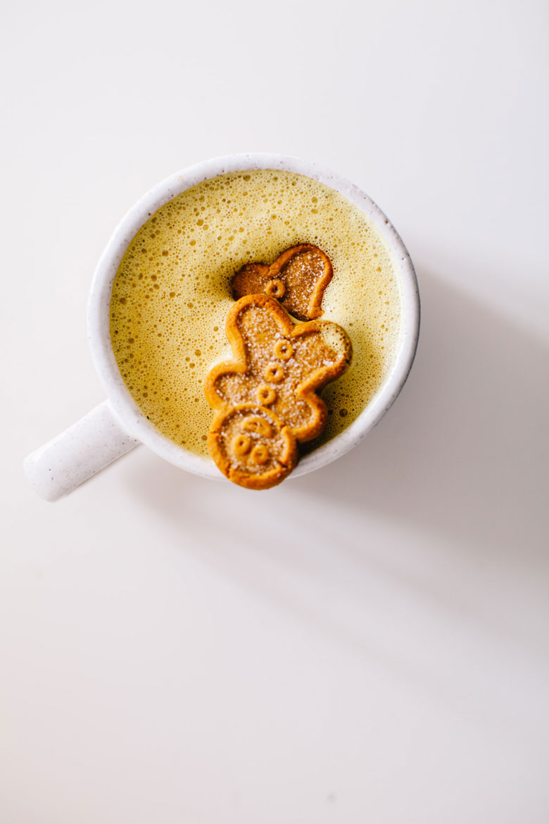 Two Holiday Blender Lattes : Turmeric Gingerbread Latte & Peppermint Matcha Latte! Both are dairy-free and sweetened naturally. #drinks #holiday #brewinghappiness | Brewing Happiness