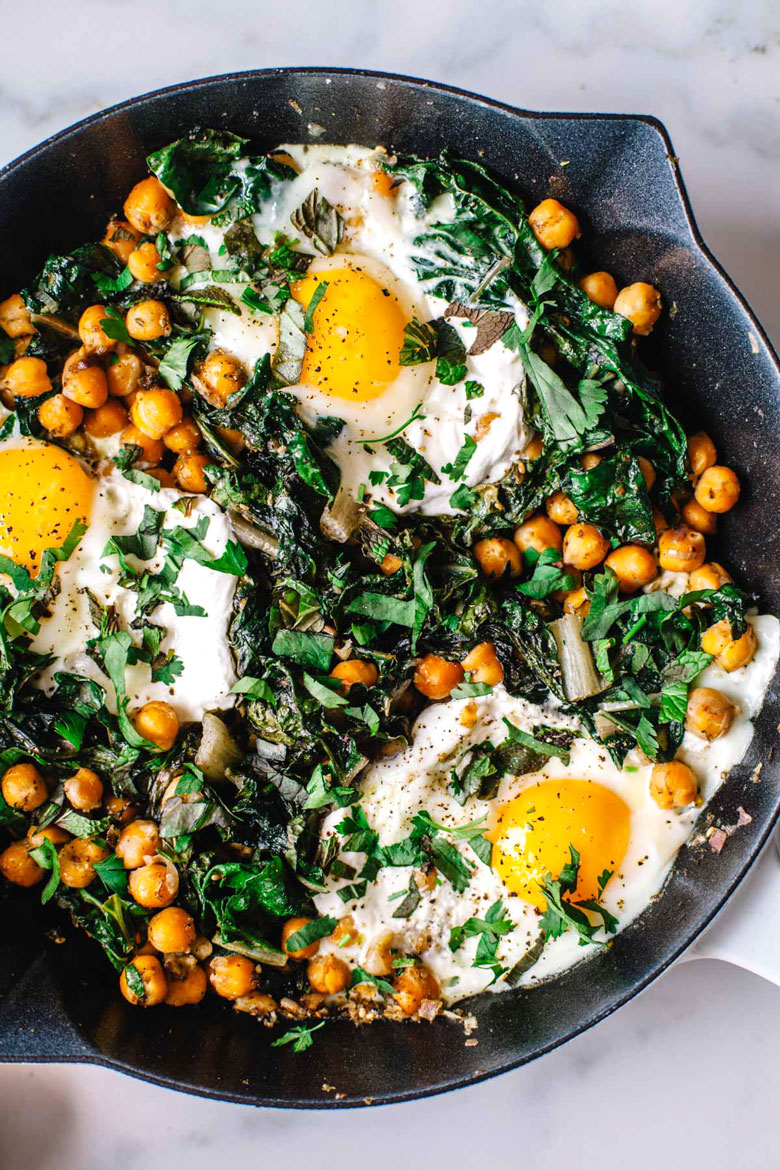 Mediterranean-Spiced Yogurt and Egg Breakfast Skillet #vegetarian #breakfast #healthy | Brewing Happiness