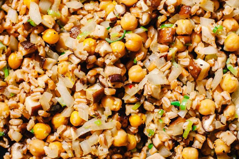 chickpeas, onion, scallions, farro, mushrooms, and garlic