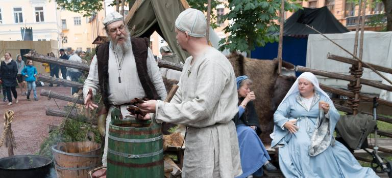 Brewing Taari at the Medieval Market of Turku