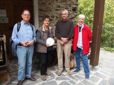 Tina e Giuseppe Astori, ai lati nell'immagine, mentre consegnano il piatto ricordo CATA al Mulino Menaglio di Teglio