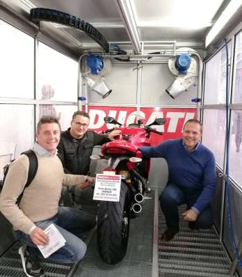 Tutti nel nuovo tunnel di lavaggio: da destra, Umberto Villa, il presidente del Motoclub Ducati Monza Yvan Rossetti e il vice
