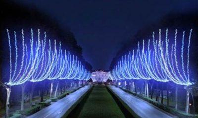 Monza, viale Battisti verso la Villa Reale illuminato per Natale. Sopra, Como Città dei Balocchi