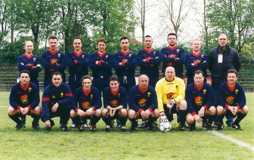 Galbiati versione portierone con gli amici e colleghi del Gruppo Sportivo Calcio Carabinieri Monza