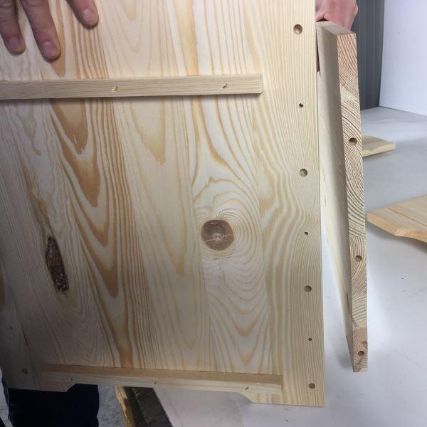 La cassapanca in legno è già dotata dei fori per gli incastri a birone e per le viti