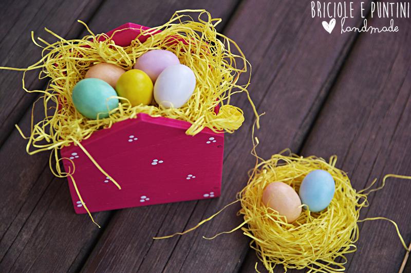 casetta porta ovetti in legno per Pasqua