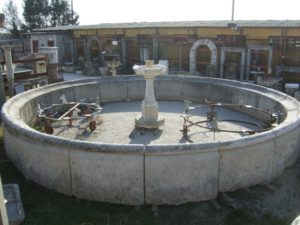 grande fontana da centro in pietra di recupero