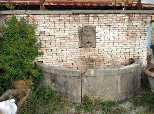 antica fontana a muro in pietra