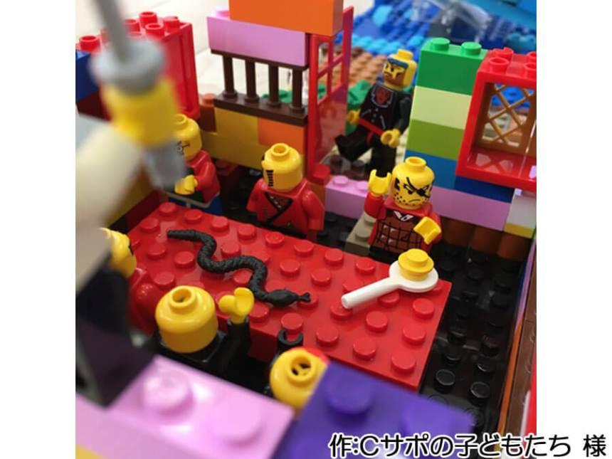 子どもたちによる海水浴の作品。海の家にはミニフィグ達がいます。