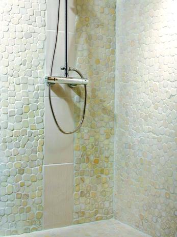 plaque de galets en marbre blanc sur