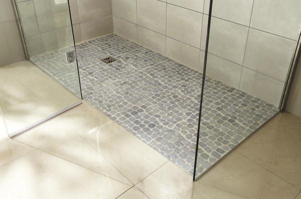 plaque de galets en marbre gris sur