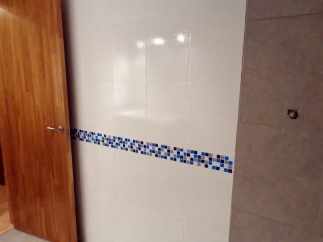 Cambio plato de ducha por otro y pintar azulejos mi experiencia - Banos con cenefas ...