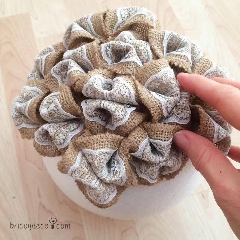 cómo decorar un topiario con flores de tela