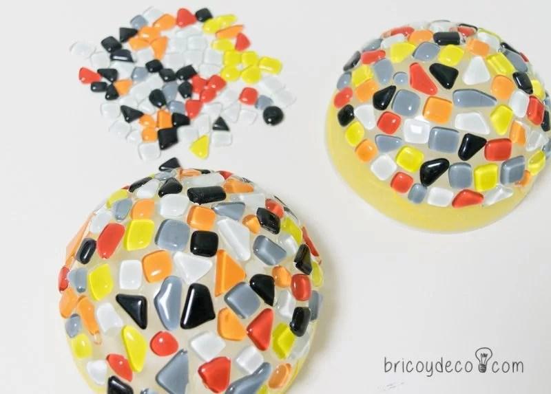 cómo hacer un bolso de trapillo con solapa y mosaico