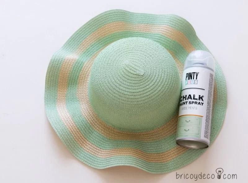 Cómo personalizar un sombrero de playa con pintura en spray ... 69dfa7a4e2c