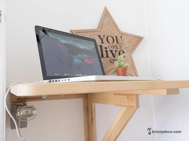 instalar un enchufe sin obras para aprovechar un rincón como escritorio