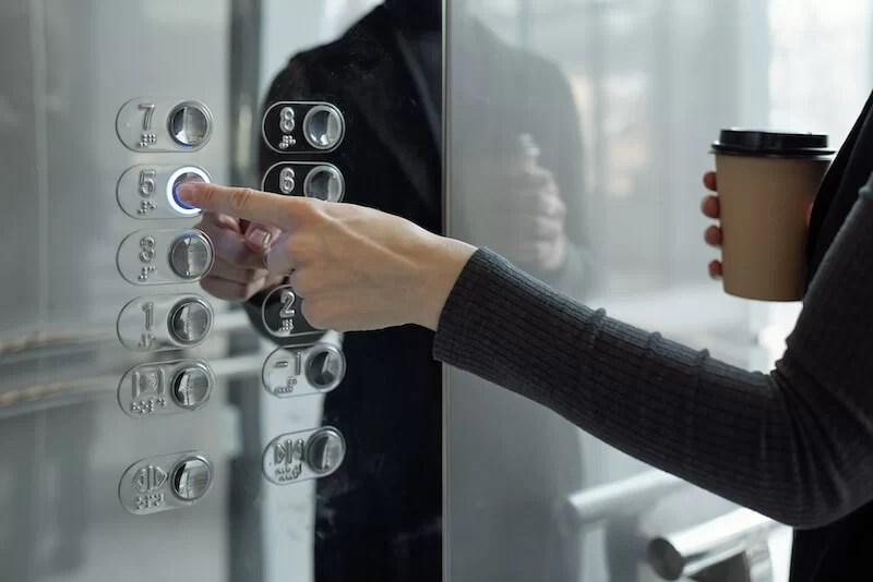 tocar los botones del ascensor