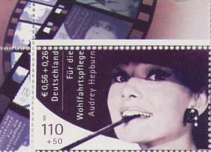 Ausschnitt aus dem postfrischen Zehnerbogen der Hepburn-Marke, hier mit dem linken oberen Bogenrand.