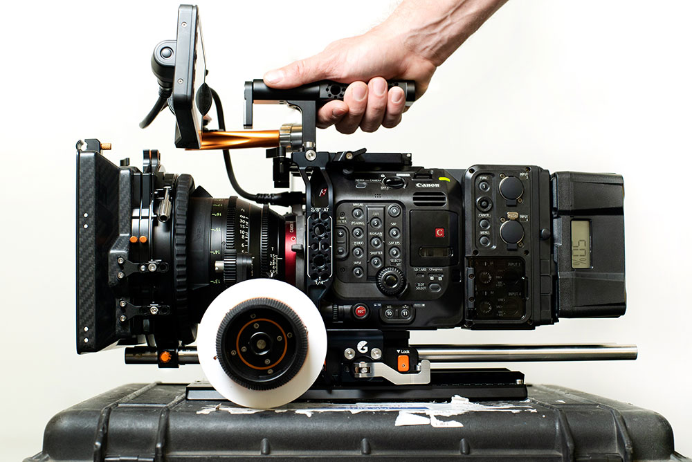 Slide the top handle back and forth to find your optimal balance for the Canon EOS C500 Mark II